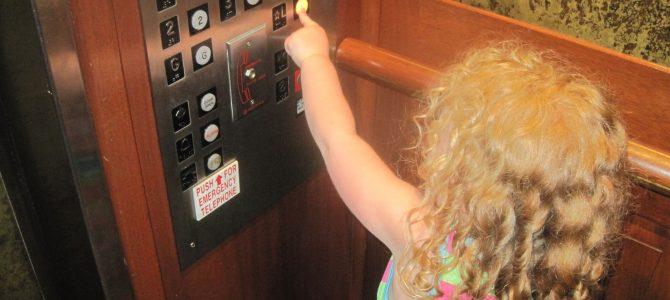 3 деца заседнаха в асансьор в Кюстендил